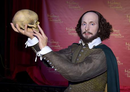 epa05002394 A new wax figure depicting English poet and playwright William Shakespeare from the Madame Tussauds wax museum is presented at the Ballhaus in Berlin, Germany, 29 October 2015. The wax figure will be on display at Madame Tussauds Berlin on the occasion of the Year of Shakespeare 2016.  EPA/JENS KALAENE