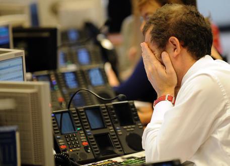 Operatori alla Borsa di Milano in una foto d'archivio. ANSA / DANIEL DAL ZENNARO
