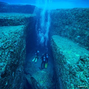 2432-Divers-in-the-slot-at-Monument-diving-Yonaguni-Okinawa-Japan-Diveplanit-2432-blog