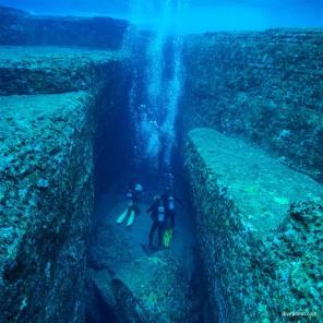 2432-Divers-in-the-slot-at-Monument-diving-Yonaguni-Okinawa-Japan-Diveplanit-2432-blog