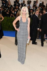 elizabeth-banks-in-michael-kors-collection-custom-sequined-optical-stretch-tulle-gown