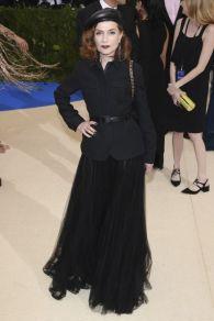 isabelle-huppert-porte-une-veste-en-laine-et-soie-noires-sur-une-jupe-en-tulle-noir-dior