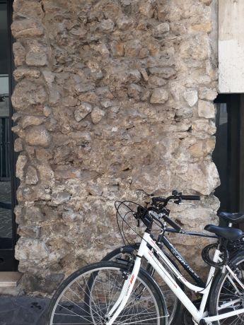 Un particolare di come sono costruite le Mura Scaligere della città, cioè 'a sacco'..