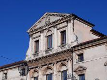 L'eleganza delle decorazioni lapidee dei palazzi vicentini, per lo più in stile classico..Gli architetti vissuti nei tre secoli successivi, per rispetto nei confronti del loro grande precursore, Andrea Palladio, ne continuarono lo stile, nonostante fossero cambiati i gusti architettonici del tempo. Pertanto Vicenza è conosciuta in tutto il mondo come la Città del Palladio, l'architetto classico per eccellenza..